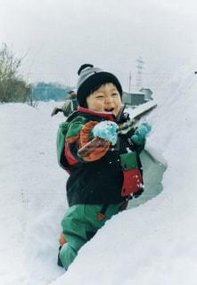 楽しそうに雪遊びで笑う小さな男の子の写真・画像素材[2809421]