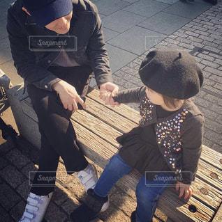 ベンチに座っている小さな子供の写真・画像素材[2380496]