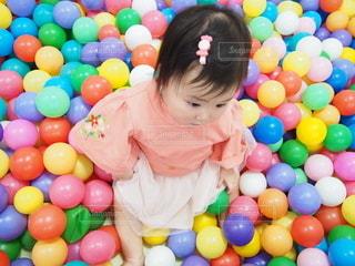 ボールプールで遊ぶ女の子の写真・画像素材[2384957]