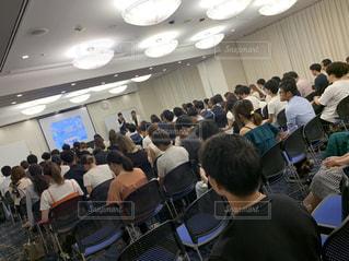 部屋に大勢の人が集うの写真・画像素材[2446615]