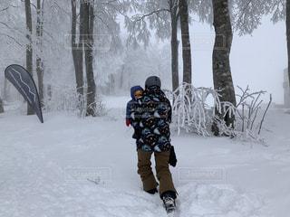 男性,子ども,家族,自然,風景,アウトドア,冬,スポーツ,雪,屋外,親子,雪山,樹木,人物,人,スキー,ゲレンデ,レジャー,スキー場,スノーボード,樹氷,ジャケット,ウィンタースポーツ