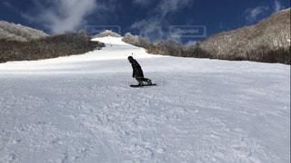 男性,1人,自然,アウトドア,スポーツ,雪,屋外,晴れ,雪山,雪景色,山,氷,人物,スキー,ゲレンデ,レジャー,スキー場,スノーボード,斜面,日中,寒空,滑り