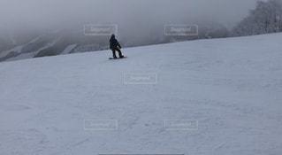 男性,1人,アウトドア,スポーツ,雪,屋外,雲,雪山,曇り,霧,山,人物,スキー,スノボ,ゲレンデ,レジャー,スキー場,スノーボード,斜面,日中,ウインタースポーツ,寒空