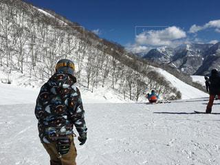 男性,自然,アウトドア,空,スポーツ,雪,屋外,雪山,雪景色,山,人物,人,スキー,スノボ,ゲレンデ,レジャー,スキー場,山林,スノーボード,斜面,ウィンタースポーツ,ウエア