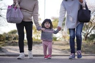 通りを歩いている小さな女の子の写真・画像素材[2834904]