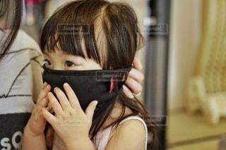 マスク試着中の写真・画像素材[3574230]