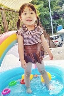 水のプールの中の小さな女の子(3:2ver)の写真・画像素材[3618535]
