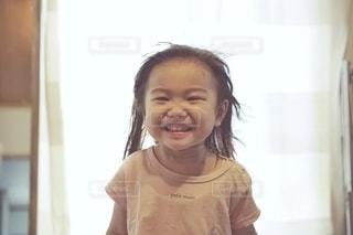 カメラに微笑む少女の写真・画像素材[3635355]