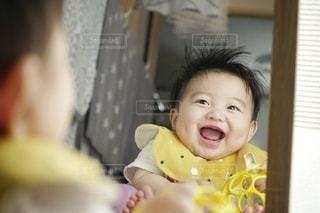 ニコニコ鏡越しに赤ちゃん。の写真・画像素材[3635353]