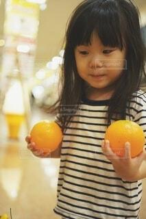 ダミーのオレンジをもっている少女。の写真・画像素材[3883095]