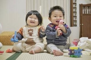 ニコニコ双子の赤ちゃん。の写真・画像素材[4010292]
