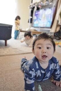 お母さんの後をついていく赤ちゃん。の写真・画像素材[4010302]