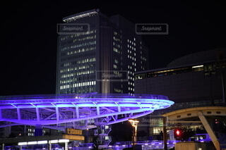 紫色の光を有する大きな建物。の写真・画像素材[4066143]