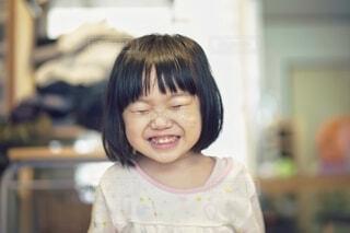 カメラに微笑む女の子。の写真・画像素材[4099934]