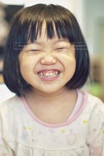 ニコッと笑った幼児。の写真・画像素材[4099939]