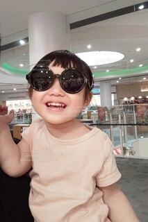 黒のサングラスをかけた女の子。の写真・画像素材[4099943]