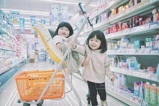 みんなで買い物中。の写真・画像素材[4140102]