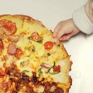 ピザのえびをこっそり盗み食い。の写真・画像素材[4169760]