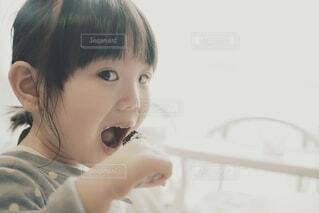 ケーキを食べようとしている子供。の写真・画像素材[4181936]