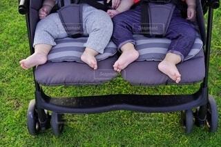 2人乗りベビーカーの足元のクローズアップ。の写真・画像素材[4211835]