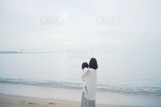 海を見つめる親子。の写真・画像素材[4223487]