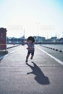 元気に走る女の子。の写真・画像素材[4276925]