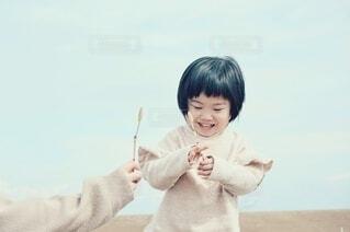 土筆をもらい喜ぶ子供。の写真・画像素材[4279323]
