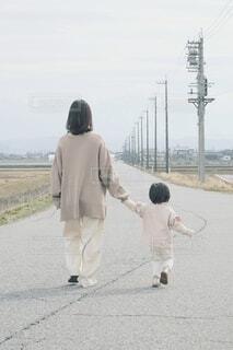 長い道を歩く親子(縦構図)の写真・画像素材[4290154]