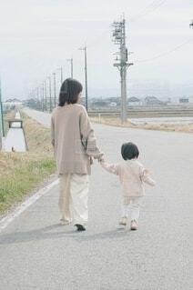 道を歩いている親子の写真・画像素材[4290152]