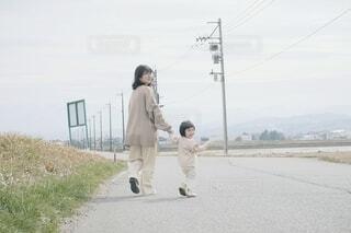 楽しくお散歩する親子の写真・画像素材[4290155]