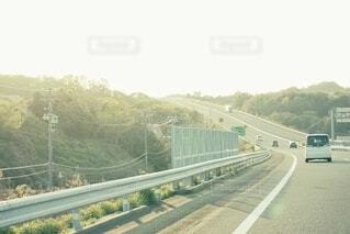 夕方の高速道路の写真・画像素材[4332211]