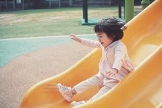 すべりだいで遊ぶ女の子の写真・画像素材[4370779]