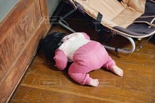 部屋の隅でつぶれた女の子の写真・画像素材[4438622]