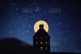 満月と一軒家の写真・画像素材[4617681]