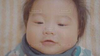 子ども,屋内,男,人物,人,小さい,笑顔,赤ちゃん,顔,幼児,少年,男の子,目,見つめる,微笑み,ほほえみ,ニコニコ,頬,リトル,人間の顔