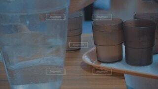 飲み物,コーヒー,屋内,水,花瓶,テーブル,コップ,マグカップ,食器,カップ,外食,ドリンク,ピッチャー,水分補給,氷水,冷たい水,水出し,コーヒー カップ,ソフトド リンク,シリンダー