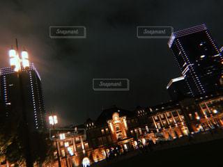夜にライトアップされた都市の写真・画像素材[2719212]