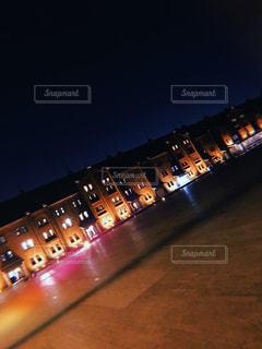 夜にライトアップされた都市の写真・画像素材[2719223]