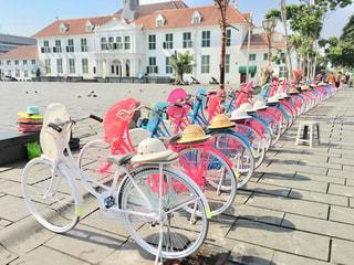 自転車は建物の脇に駐車の写真・画像素材[1199397]