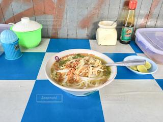 テーブルの上の皿の上に食べ物のボウルの写真・画像素材[1219469]