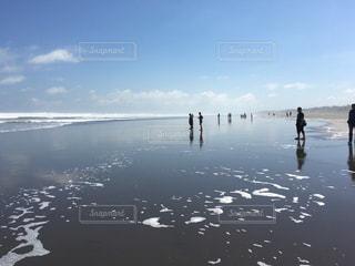 水の体の横に立っている人のグループの写真・画像素材[1352623]