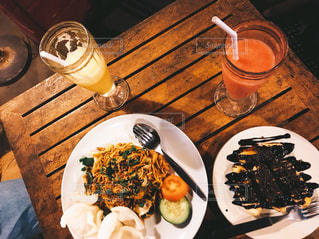インドネシアの焼きそばとバナナ揚げたやつにマンゴージュースの写真・画像素材[1646476]