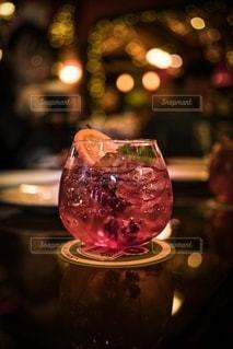 テーブルの上に座っているワインのグラスの写真・画像素材[2781934]