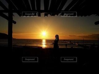 夕日と女性の写真・画像素材[2792450]