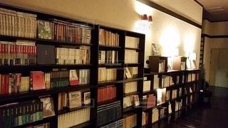 本でいっぱいの本棚のある部屋の写真・画像素材[2942768]