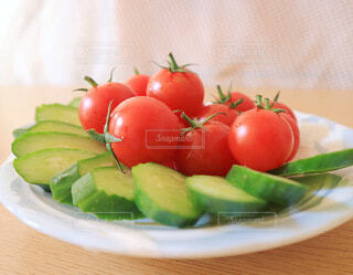 皿の上に果物のボウルの写真・画像素材[4662708]
