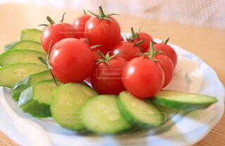 新鮮な果物や野菜で盛り上がった皿の写真・画像素材[4662970]