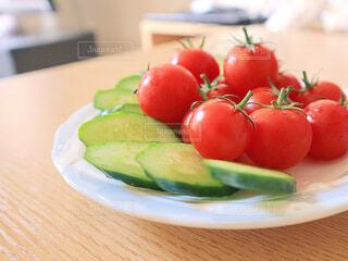 皿の上に果物のボウルの写真・画像素材[4662972]