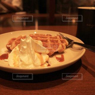 食べ物の皿をテーブルの上に置くの写真・画像素材[4845192]