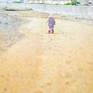 自然,海,屋外,砂浜,景色,足跡,女の子,長靴,フィルム,天気,1歳,成長,娘,磯遊び,日中,フィルム写真,フィルムフォト